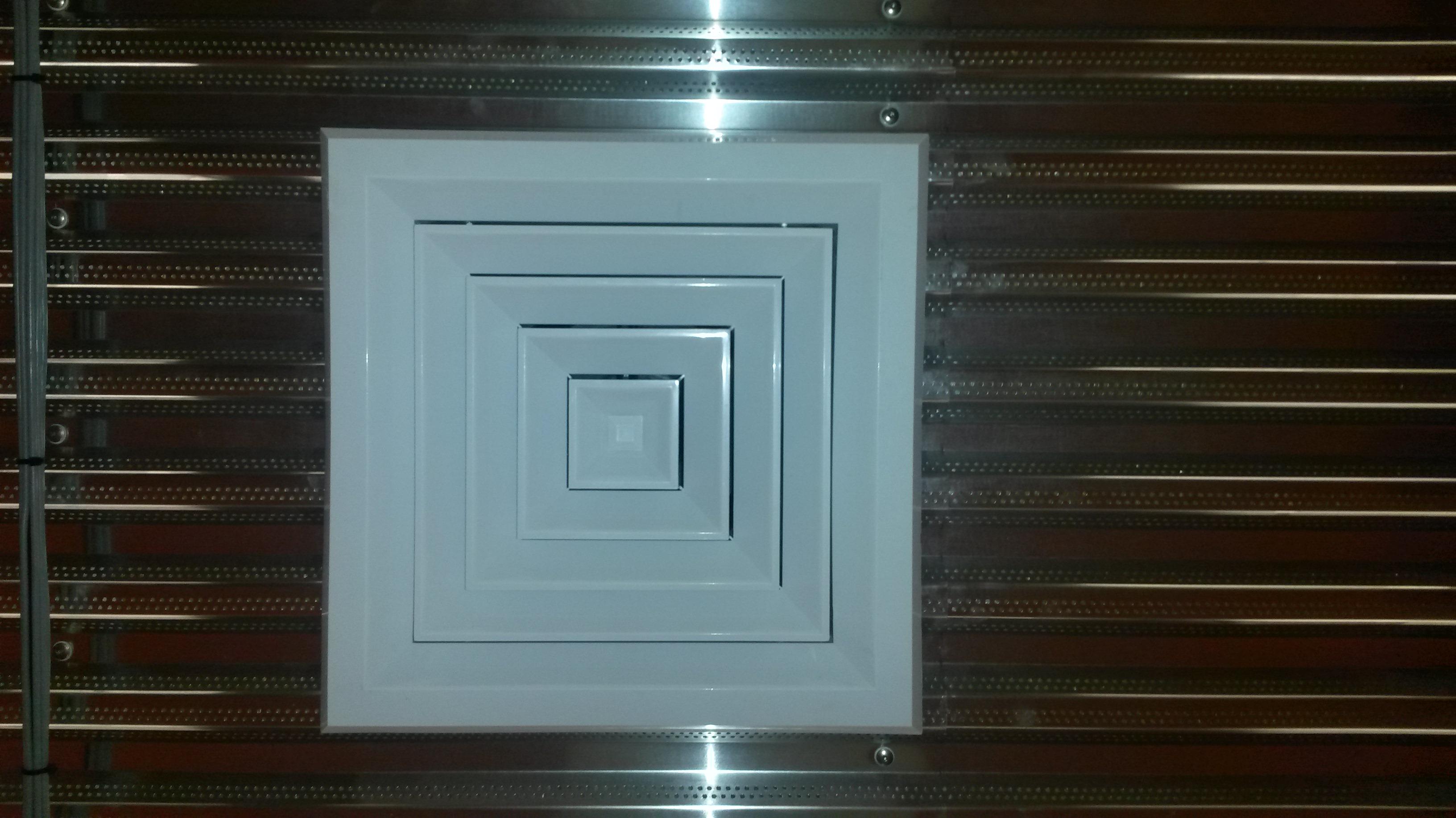 Bouches encastrées à diffuseurs horizontaux à débit orientés et reprise concentrique avec un noyau mécanique